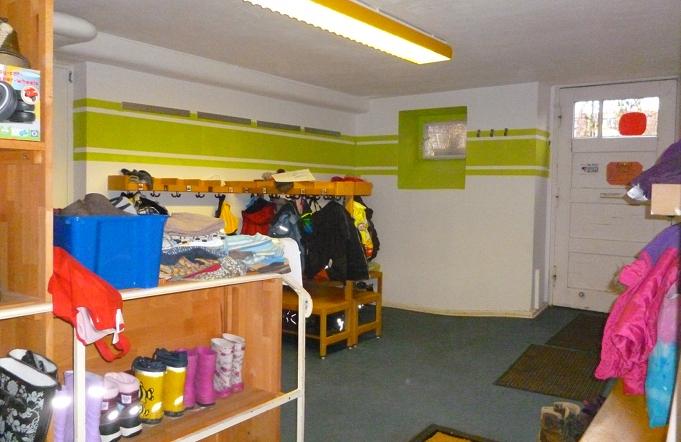 Bänke und Garderobenhaken im Eingangsbereich
